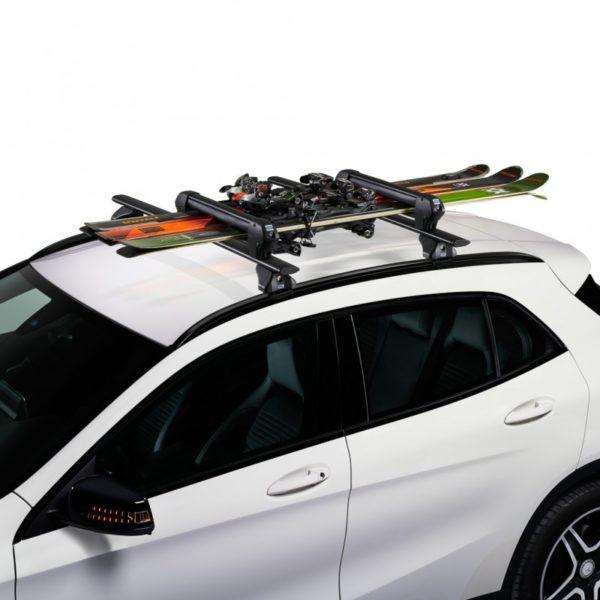 Cruz Ski Rack Dark 4 en coche con esquís