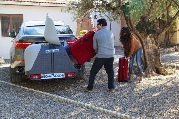Portaequipajes Towbox V2 cargando las maletas
