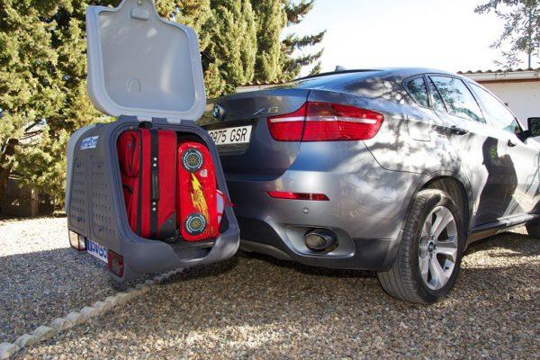 Portaequipajes Towbox V2 cargado con maletas