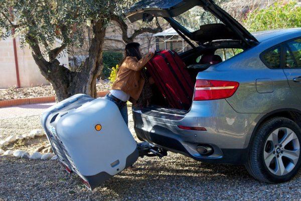 Portaequipajes Towbox V2 reclinado cargando maletas en coche